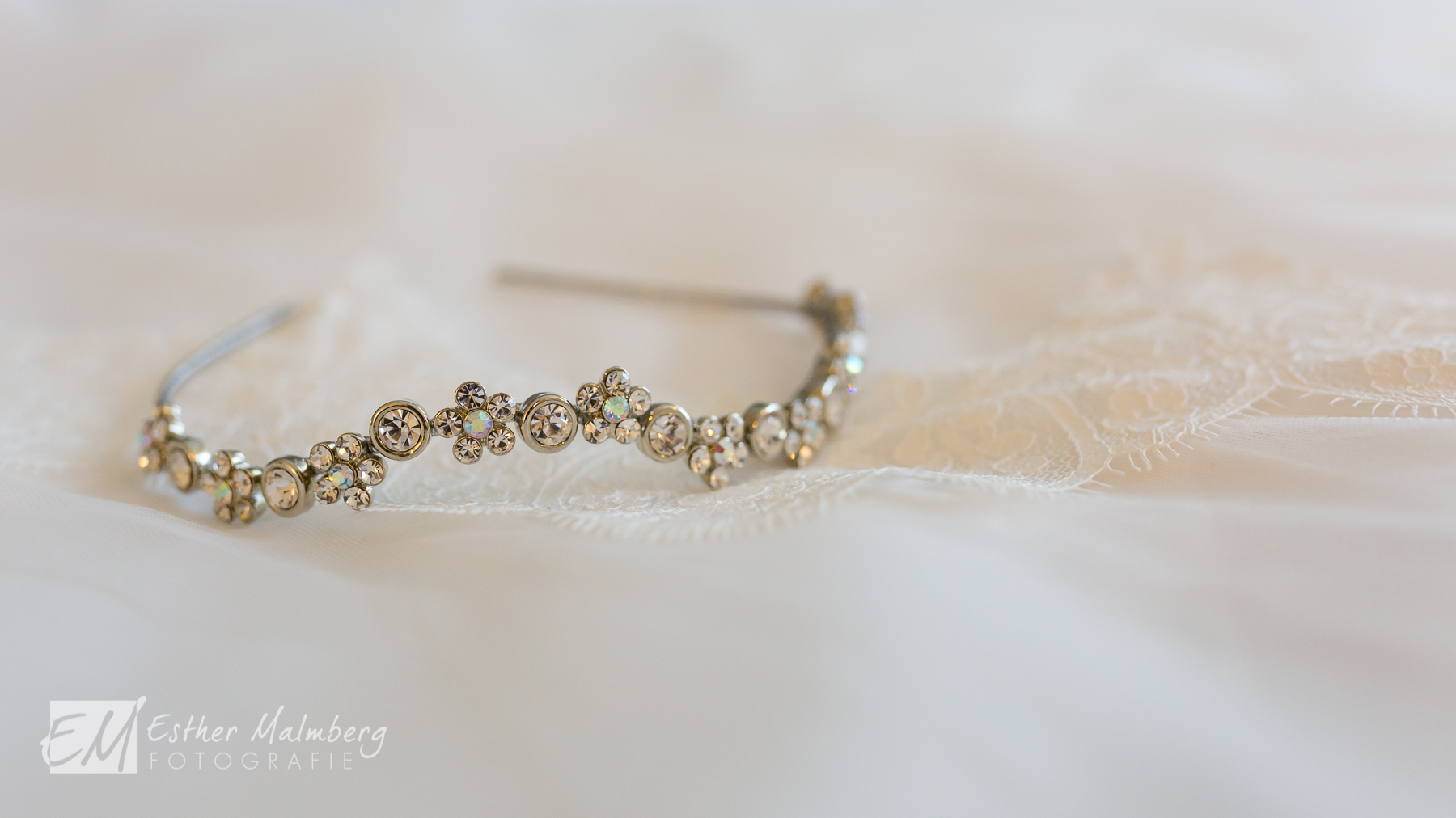 Bruidsreportage - closeup van tiara en sluier