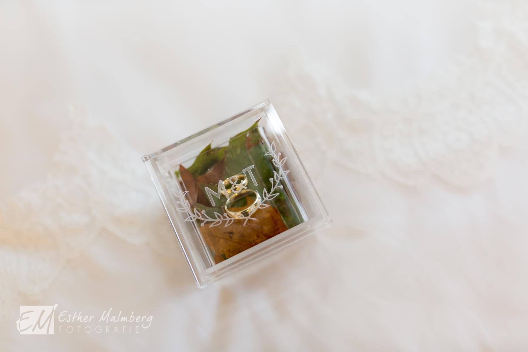 Detailfoto van trouwringen
