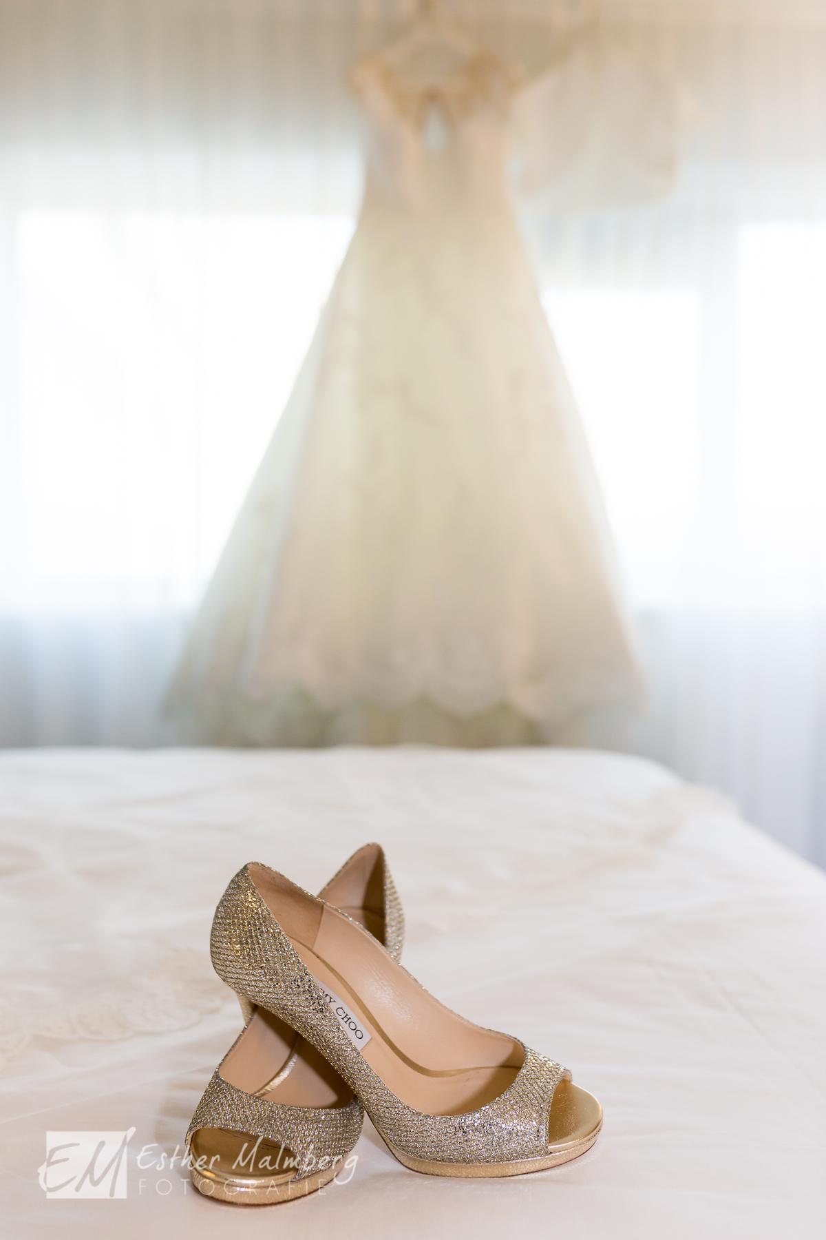 Bruidsreportage - schoenen en trouwjurk hangen klaar voor de grote dag