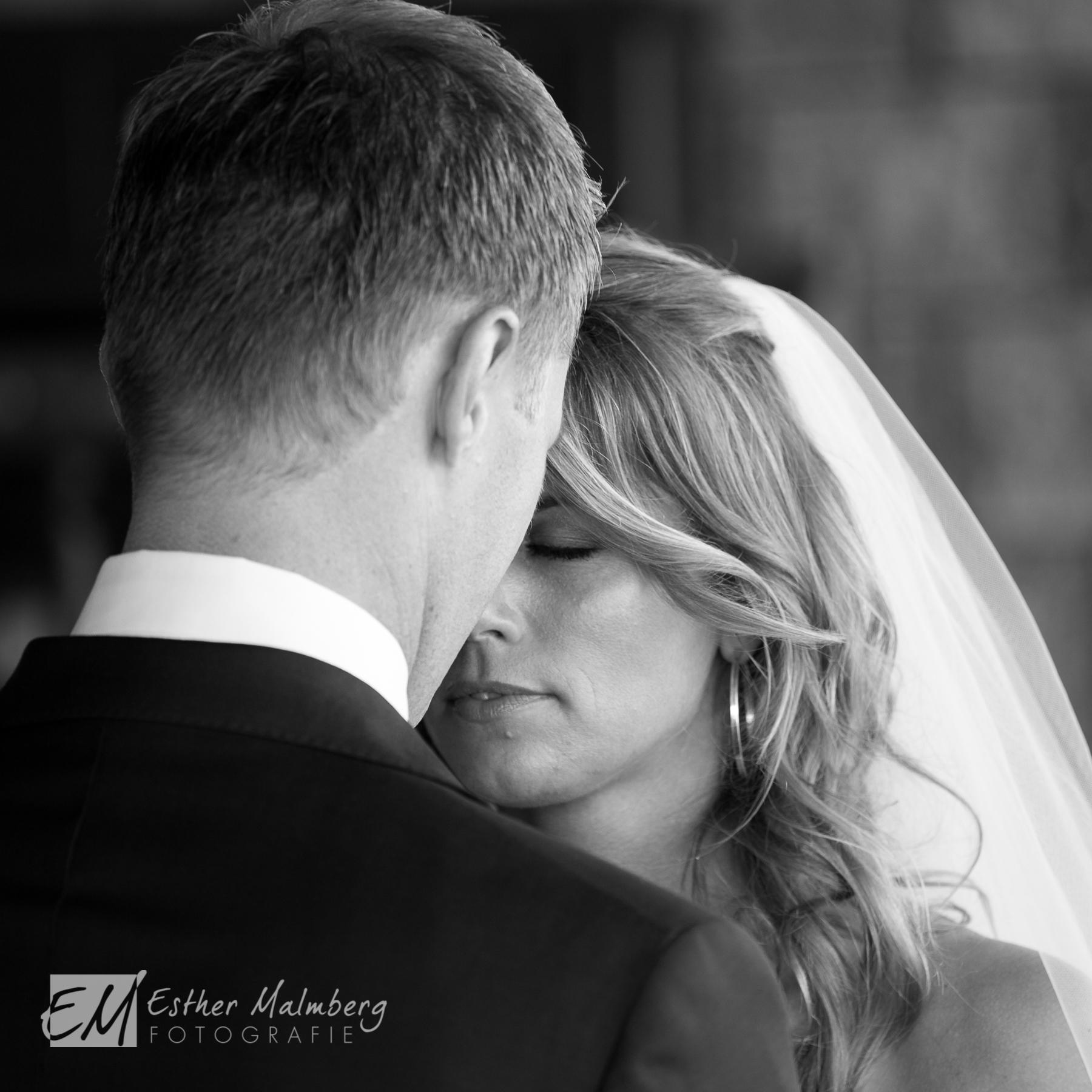 Liefdevolle foto van bruid en bruidegom - Bruidsreportage Esther Malmberg Fotografie Gouda